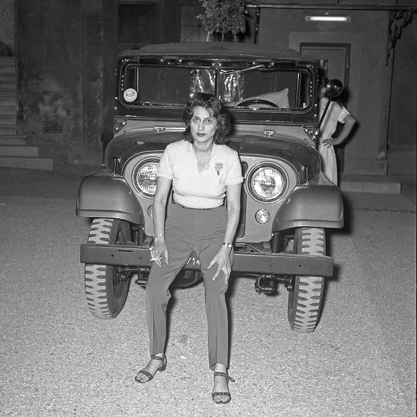 Sandal「Actress Anna Magnani with a jeep at 'Palazzo Altieri', Rome 1957」:写真・画像(18)[壁紙.com]