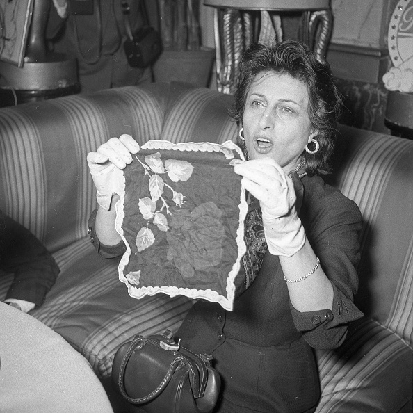Sofa「Actress Anna Magnani jokes at the press conference organised for her for winning the Oscar, Excelsior Hotel Rome 1956」:写真・画像(10)[壁紙.com]