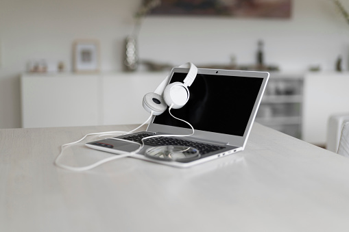 Workshop「Laptop, headphones and CD on tabletop」:スマホ壁紙(11)