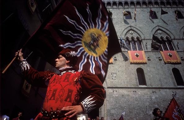 Romano Cagnoni「Flagwaving At The Palio」:写真・画像(14)[壁紙.com]