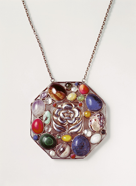 Wiener Werkstaette Style「Silver pendant designed by Josef Hoffmann. Made by the Wiener Werkstaette. Silver, gold plated, semi-precious stones. Photograph. Around 1905.」:写真・画像(15)[壁紙.com]