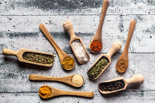 Spice「Spicies, curry, chilli, cinnamon, curcuma, garlic, parsley, oregano, salt and pepper on wooden spoons」:スマホ壁紙(5)