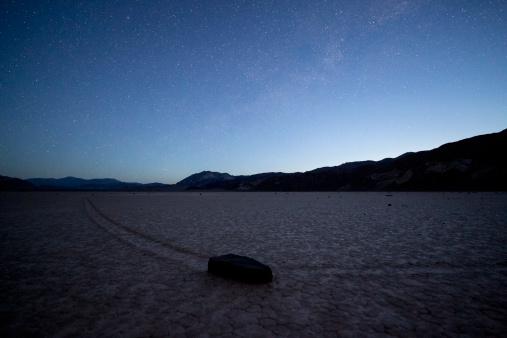 Racetrack Playa「Sailing stones at Death Valley at sunrise」:スマホ壁紙(9)