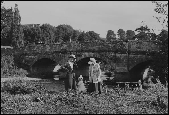 Water's Edge「Women Child By Arched Bridge」:写真・画像(10)[壁紙.com]