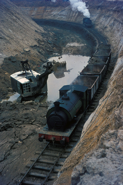 Extreme Terrain「The working gullet at Nassington showing tippler wagons being loaded and unmined ore bed in the foreground. Assisting locomotive approaching to help draw out loaded train.」:写真・画像(6)[壁紙.com]