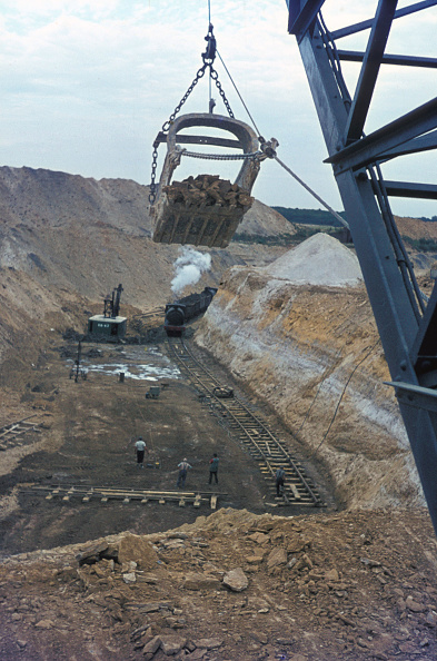 Construction Vehicle「The working gullet at Nassington as seen from the walking dragline. Slewed tracks and ore bed to be excavated are visible in the foreground. Silica white sand outcropping and mined as subsidiary is used in the manufacture of glass and ceramics」:写真・画像(8)[壁紙.com]