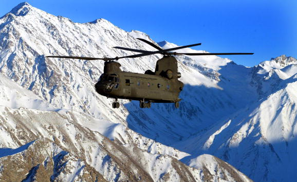 CH-47 Chinook「U.S. Soldiers Deliver Aide to Earthquake Stricken Area in Northern Afghanistan」:写真・画像(10)[壁紙.com]