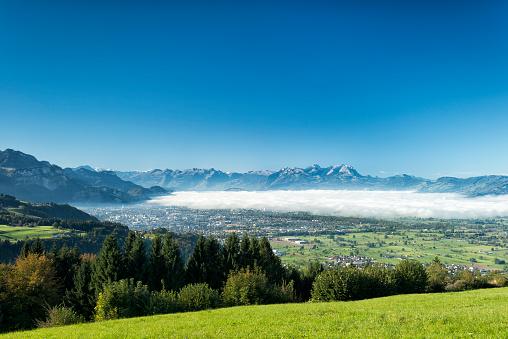 スイス「いくつかの霧、スイスの山々 とライン渓谷」:スマホ壁紙(1)