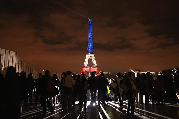 パリ「Paris Turns Blue, White and Red For Victims Of Friday's Terrorist Attacks」:写真・画像(6)[壁紙.com]