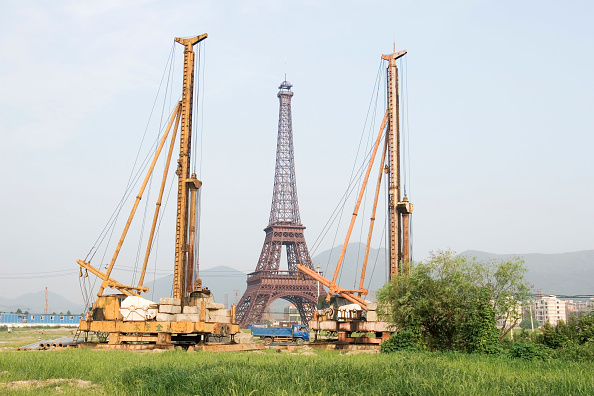 subUrbia - Named Work「The Eiffel tower replica at Tiandu Cheng, a Parisian-themed residential development under construction in Hangzhou, China, August 11, 2007.  The development was designed by the Hangzhou Urban planning institute with consultation from Atkins, a British ar」:写真・画像(10)[壁紙.com]