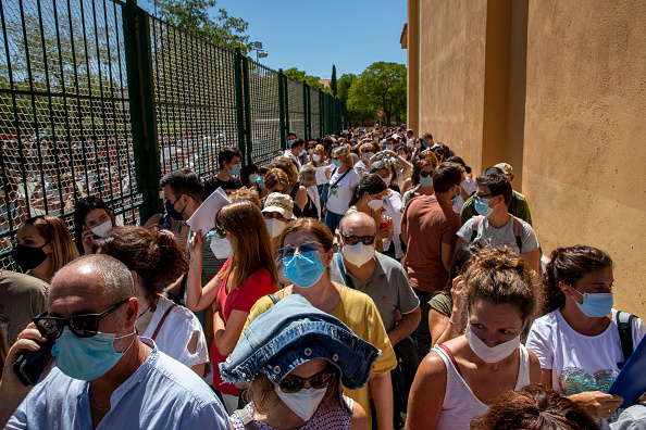 Waiting In Line「Madrid Calls Thousands Of Teachers To Be Tested For Covid-19 Before School Resumes」:写真・画像(8)[壁紙.com]
