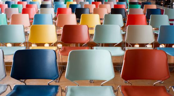 カラフル「カラフルな空の椅子を備えたシアター」:スマホ壁紙(12)