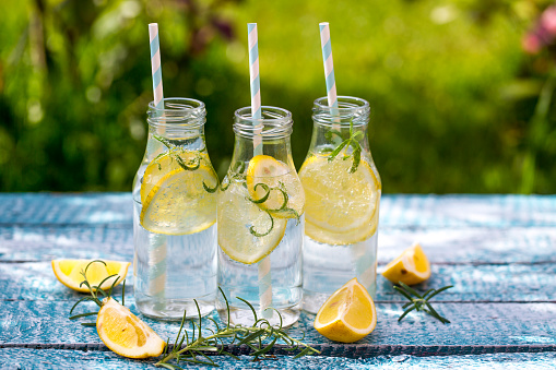 息抜き「Slice of lemon and rosmary in water bottles, drinking straws」:スマホ壁紙(9)