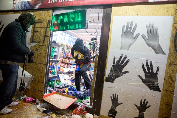 Aaron P「Grand Jury Declines To Indict Officer In Ferguson Shooting Case」:写真・画像(10)[壁紙.com]