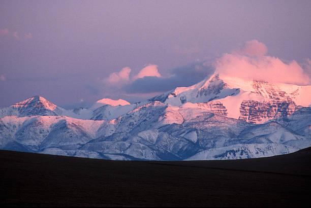 Alpenglow on Mount Chamberlin in the Romanozov Mountains:スマホ壁紙(壁紙.com)