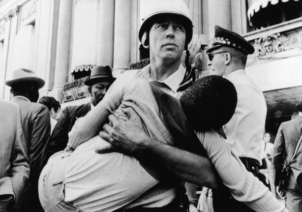Democratic National Convention「Cop Carries Child Protestor At 1968 Democratic National Convention」:写真・画像(3)[壁紙.com]
