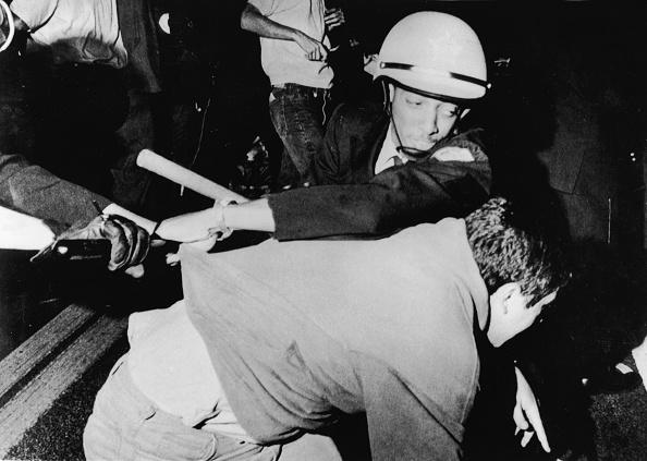 Democratic National Convention「Cop Struggles With Protester At 1968 Democratic National Convention」:写真・画像(3)[壁紙.com]