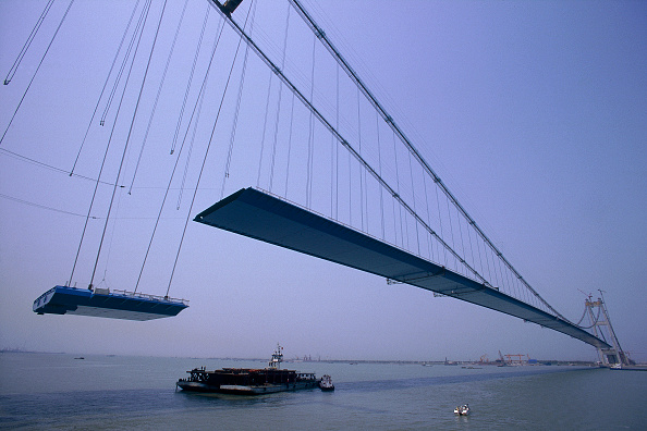 Passenger Craft「Deck Section Lift. Jiang Yin suspension Bridge across the Yangtse River, China. Cleveland Bridge Contractor.」:写真・画像(5)[壁紙.com]