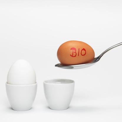 ゆで卵立て「White and brown organic eggs in eggcup」:スマホ壁紙(1)
