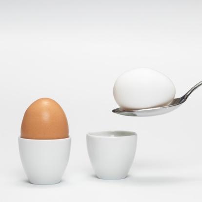 ゆで卵立て「White and brown eggs in egg cups, close-up」:スマホ壁紙(0)