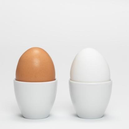 ゆで卵立て「White and brown eggs in egg cups, close-up」:スマホ壁紙(2)