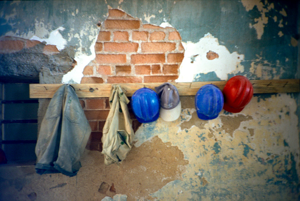 Construction Material「Builder's hard hats hanged on the wall」:写真・画像(10)[壁紙.com]