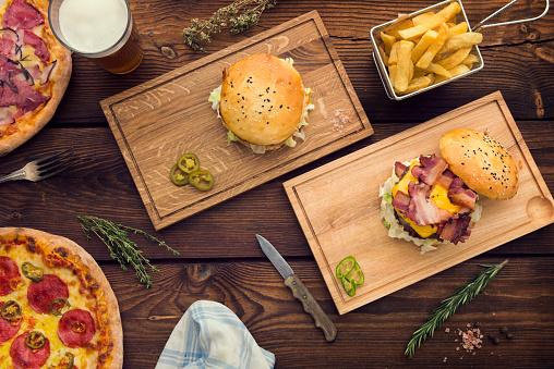 Hamburger「lots of food on table」:スマホ壁紙(8)
