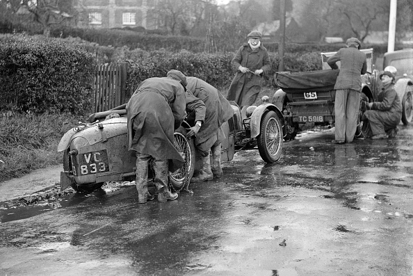 Wet「Attaching snow chains to JE Lancaster's Riley Brooklands during the Inter-Varsity Trial, 1930」:写真・画像(15)[壁紙.com]
