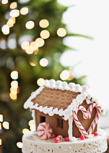 Gingerbread Cookie「Gingerbread house in front of Christmas tree」:スマホ壁紙(6)