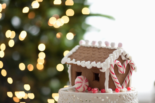 Candy Cane「Gingerbread house in front of Christmas tree」:スマホ壁紙(9)