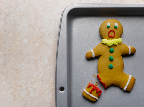 Gingerbread Cookie「Gingerbread man with broken leg on baking sheet, close-up」:スマホ壁紙(17)