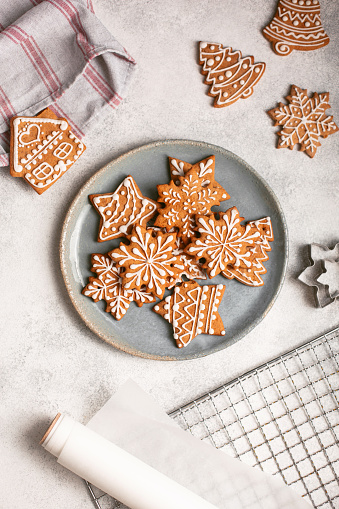 Gingerbread Cookie「Gingerbread cookies on plate on concrete background」:スマホ壁紙(15)