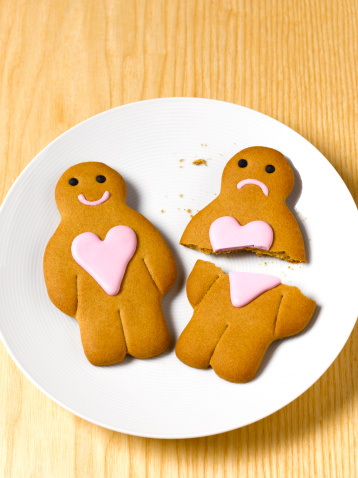 Frowning「Gingerbread couple on plate, elevated view」:スマホ壁紙(10)