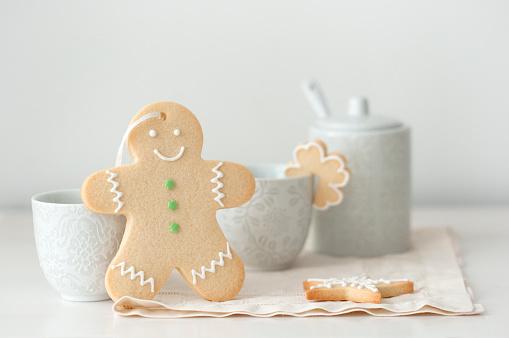 Cookie「gingerbread man cookie leaning against tea cup」:スマホ壁紙(6)