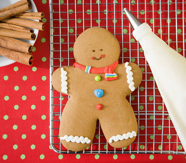 Gingerbread man cookie on cooling rack:スマホ壁紙(壁紙.com)