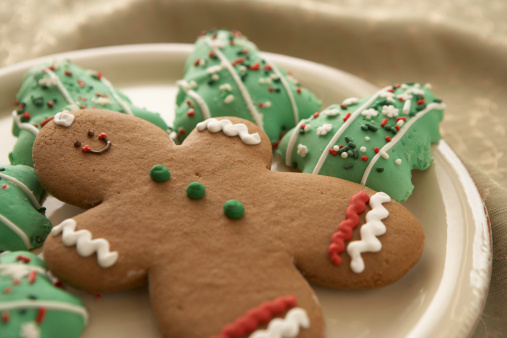 Gingerbread Man「Gingerbread man and Christmas cookies on plate, elevated view」:スマホ壁紙(15)