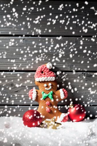雪の結晶「Gingerbread man and Christmas bubbles with rippling artificial snow in front」:スマホ壁紙(3)