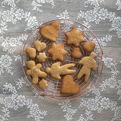 ジンジャーブレッド「gingerbread cookies on a wire cooling rack」:スマホ壁紙(2)