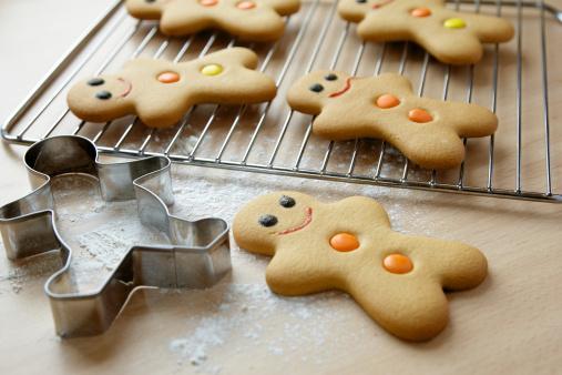 Pastry Cutter「Gingerbread men and cookie cutter」:スマホ壁紙(16)