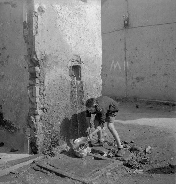 Postwar「Communal Tap」:写真・画像(15)[壁紙.com]
