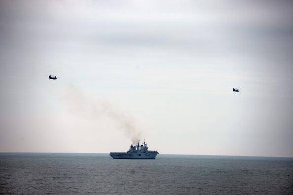 CH-47 Chinook「Royal Marines Of 42 Commando Launch An Aviation Beach Assault Exercise From HMS Bulwark」:写真・画像(8)[壁紙.com]