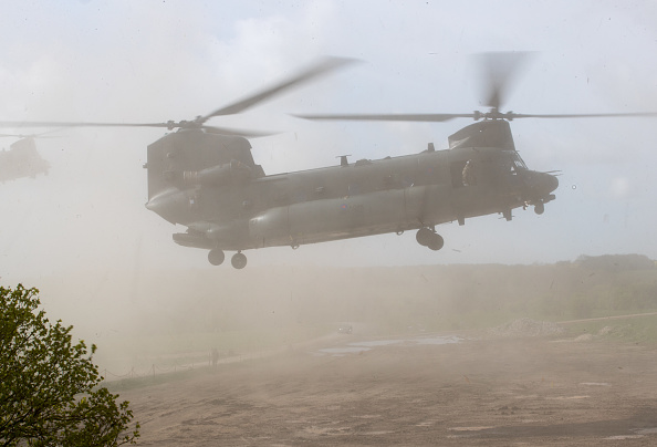 CH-47 Chinook「Defence Secretary Gavin Williamson ObservesThe NATO Joint Warrior Exercise」:写真・画像(2)[壁紙.com]