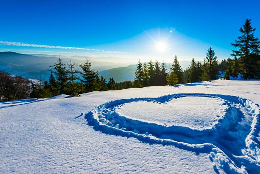 深い雪「幻想的な日の出の冬の風景の雪の上の心。」:スマホ壁紙(11)