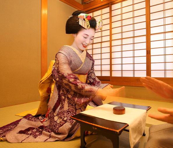 茶室「Maiko and Geisha Play Teahouse Entertainment.」:写真・画像(19)[壁紙.com]