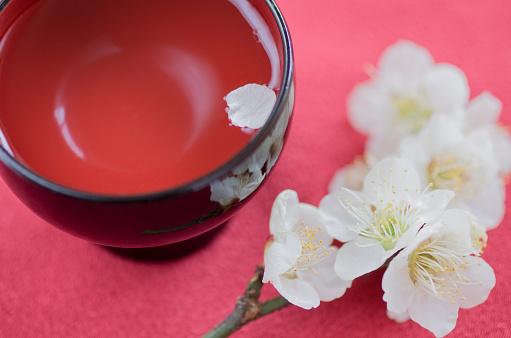 Sake「Petal on sake cup and plum blossom」:スマホ壁紙(19)