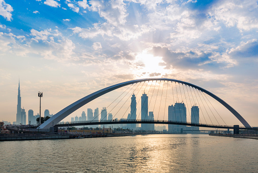 Footbridge「United Arab Emirates, Dubai, Dubai Creek pedestrian bridge and skyline」:スマホ壁紙(18)