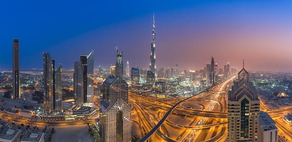 Sheikh Zayed Road「United Arab Emirates, Dubai, Interchange at Sheikh Zayed Road and Dubai skyline at dusk」:スマホ壁紙(15)