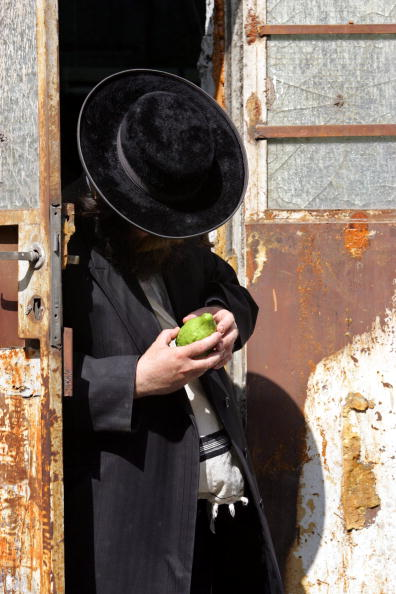 Black Color「Ultra-Orthodox Jews Prepare For Sukkot Festival」:写真・画像(10)[壁紙.com]