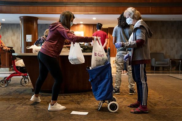 Teenager「High School Kids Start Volunteer Group To Shop For And Deliver Groceries To Vulnerable Seniors」:写真・画像(3)[壁紙.com]