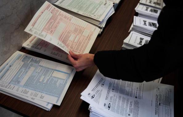 Form - Document「Last-Minute Tax Filers Rush To Finish Returns」:写真・画像(6)[壁紙.com]